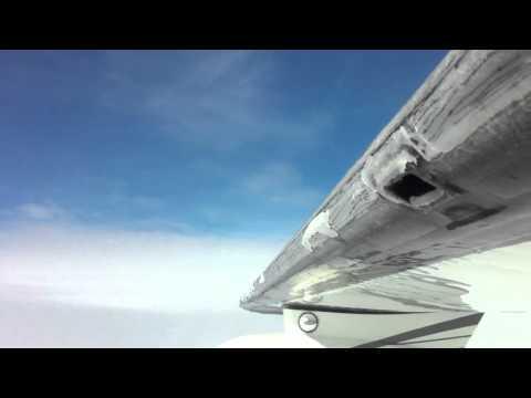Ftohtesia ne ajer e pabesueshme i ngrijn krahet e aeroplanit (video)
