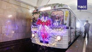 Новогодняя красота в столичном метро: на Кольцевой линии запустили праздничный поезд