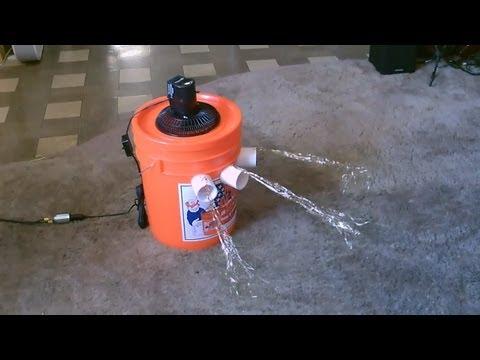 這個人只用了一個塑膠桶和一個電風扇就製作出了夏天一定要擁有的環保空調!