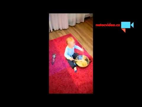 Bráška hraje na hrnec(trochu agresivně)