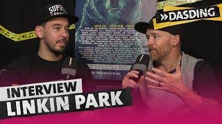 """Consi hat Mike und Phoenix von Linkin Park vor ihrem Auftritt beim Southside Festival zum Interview getroffen. Wie sich Phoenix in Peru seinen Mund """"weg geätzt"""" hat und warum die Zwei Consi am Ende unbedingt umarmen wollten, checkt ihr im Video. ---Homepage: http://www.dasding.deYouTube Kanal: https://youtube.com/DASDINGInstagram: https://www.instagram.com/DASDINGFacebook: https://facebook.com/DASDING"""