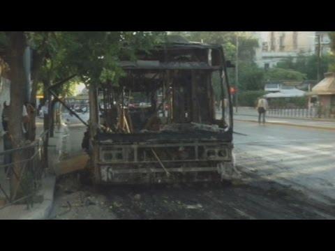Αγνωστοι έκαψαν λεωφορείο και τρόλεϊ στην Πατησίων