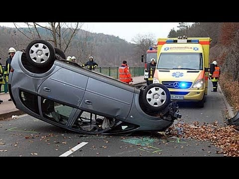 Waldeck: Auto überschlägt sich am Edersee