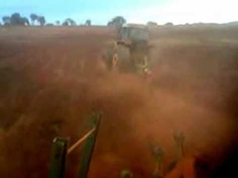 Tratores do Emilio arando terra em gurinhata mg