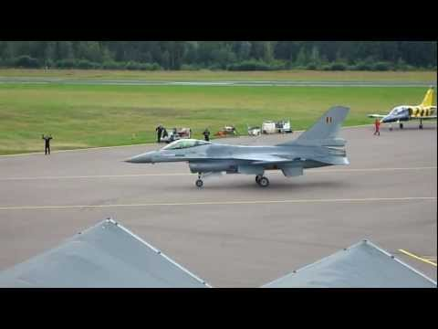 F16 Fighting Falcon taxi to parking...