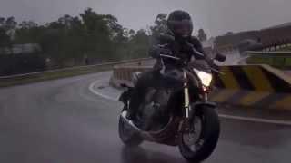 Conducir moto con lluvia.