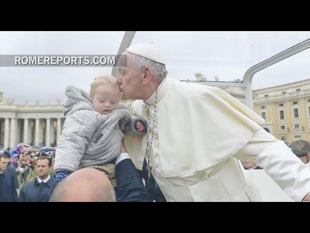 Adoptan un niño con Síndrome de Down y logran que el Papa Francisco lo bendiga