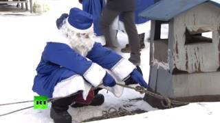 Десятки Дедов Морозов спустились с крыши Морозовской больницы, чтобы поздравить маленьких пациентов