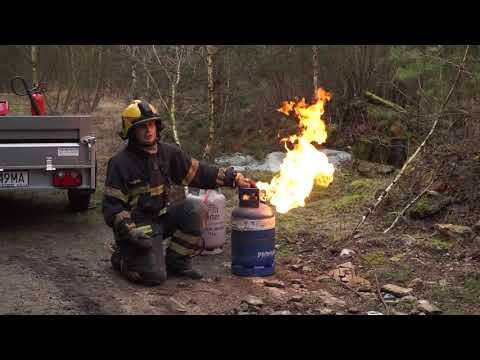 Gaszenie palącej butli z gazem. Niesamowity instruktor.