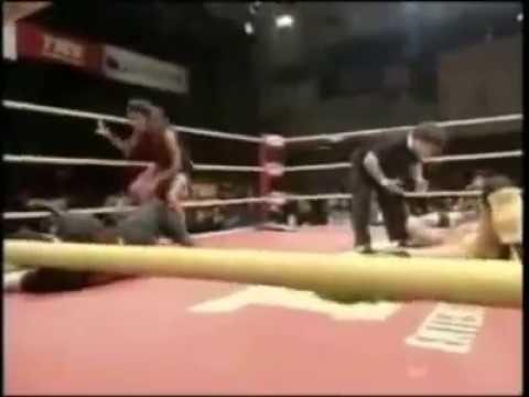 史上最下流的摔角招式,一把抓住女生下面…