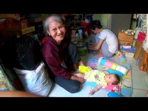 Bà cố ôm chắt ngoại bán vé số hạnh phúc nhận lì xì của nữ Việt kiều - Thời lượng: 11 phút.