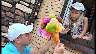 Алиса делает вкусное мороженое! Alice pretend play with plastic ice cream