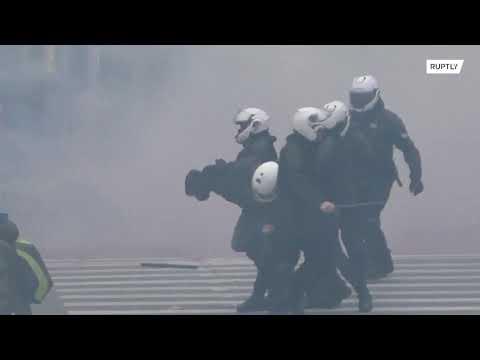 Grecy wyszli na ulicę i walczą z policją mają dość lockdownu