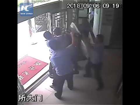 Κινέζοι αστυνομικοί έπιασαν εισβολέα σε 22 δευτερόλεπτα