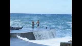 Video Crazy swimmers and big waves of sea - Vernazza Italia. A ty jak się bawisz nad morzem? MP3, 3GP, MP4, WEBM, AVI, FLV Juni 2019