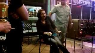 Co za gość! Hipnotyzer w barze doprowadza przypadkową laskę do orgazmu!