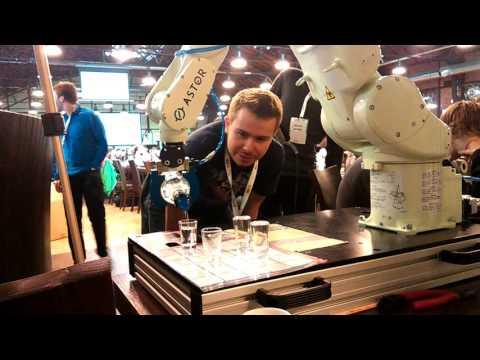 Робот, мастерски разливающий водку по рюмкам