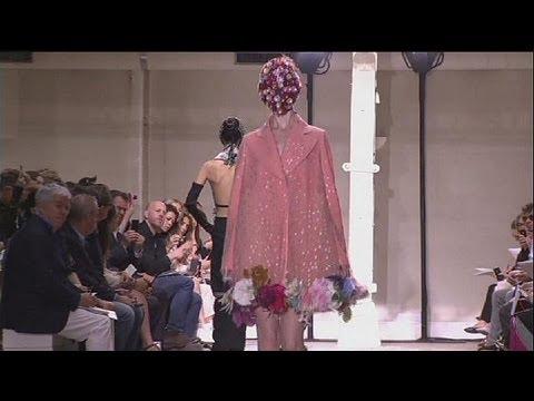 Gaultier-leopárdok, Valentino- szitakötők, Margiela-maszkok és királyi liezonok – le mag