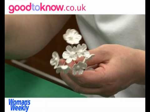 Decorating a wedding cake with sugar blossom flowers – part 2