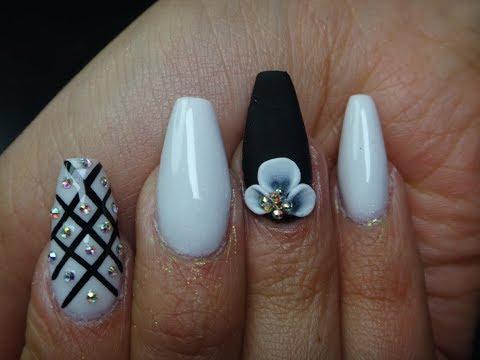 Uñas acrilicas - Uñas negras mate con flores de acrílico blanco