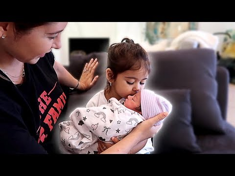Elle Meets Her Newborn Sister!!! **adorable**