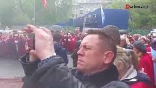 Rycerze Zakonu Ortalionu zgromadzili się przed Sejmem.