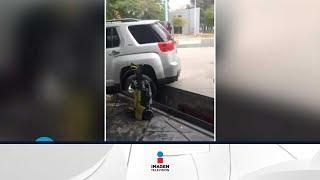 Hombre se pone a llorar y hace drama porque su camioneta cae a hoyo | Qué Importa