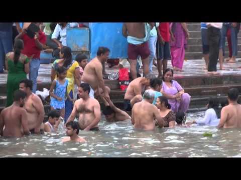 Baño sagrado en Haridwar. Por Tobías Valdivia (8,5)