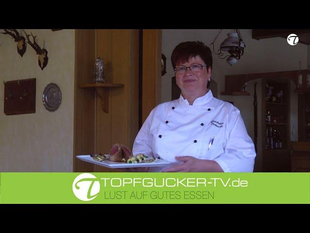 Rosa gebratener Rehrücken unter der Walnuss-Brotkruste und karamellisierter Preiselbeerbirne