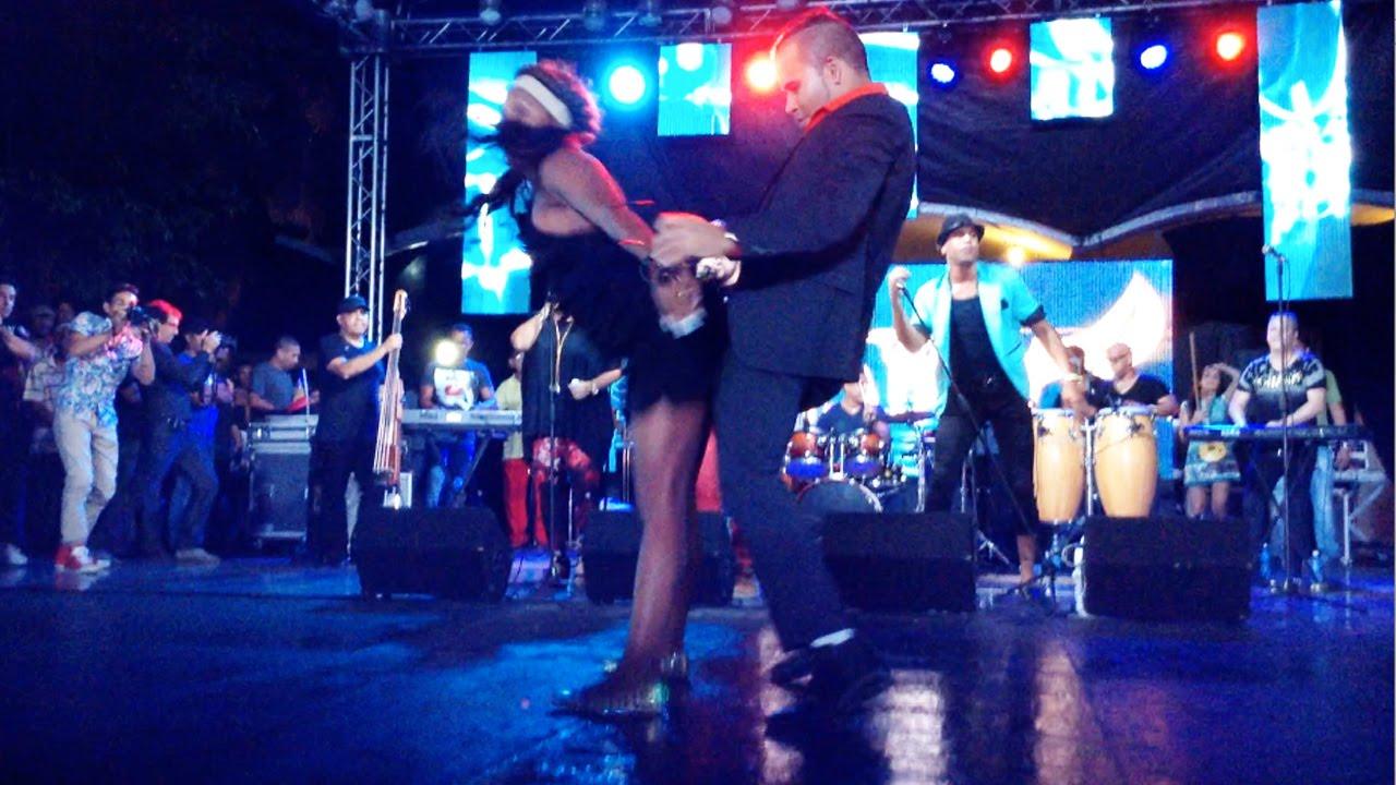 Смотреть онлайн уроки сальсы: Jennyselt Galata y Papito Chango FUEGO!!!!! Bomba!!!! improvisacion Los Van Van concierto