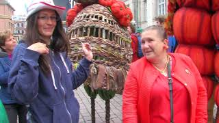 Stelzentheater: Herbstfiguren Mapel und Pumkine, autumn stiltwalkers