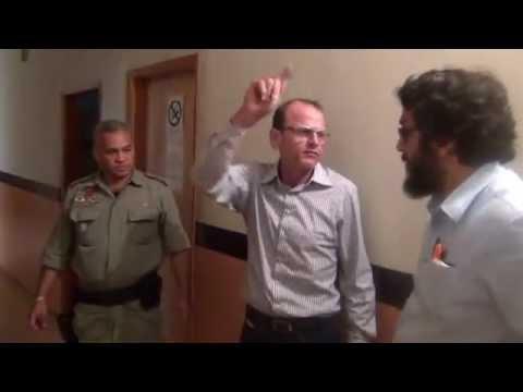 Vídeo mostra o então prefeito de Iaciara (2012) sendo algemado e preso, depois de um bate-boca com o promotor Douglas Chegury