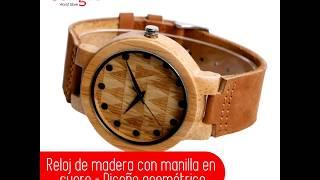 Reloj de madera con manilla en cuero y tablero con diseño geométrico.