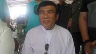 "JAKARTA, KOMPAS.com - Raja Dangdut Rhoma Irama membeberkan alasan sebenarnya sang putra, pedangdut Ridho Rhoma mengonsumsi narkoba selama dua tahun terakhir.Ridho sebelumnya ditangkap di sebuah hotel di kawasan Daan Mogot, Jakarta Barat, atas kepemilikan dan konsumsi narkotika jenis sabu, Sabtu (25/3/2017) dini hari.""Motivasinya itu bukan fun, tapi untuk menurunkan berat badan,"" ucap Rhoma usai menggunakan hak suaranya di TPS 29 Pondok Jaya, Pela Mampang, Jakarta Selatan, Rabu (19/4/2017).Hal tersebut Rhoma ketahui langsung dari Ridho, ketika ia menjenguk putranya itu di Rumah Sakit Ketergantungan Obat (RSKO), Cibubur, Jakarta Timur.Pria berjuluk Ksatria Bergitar itu mengatakan, menurut pengakuan Ridho kepadanya, sang putra ingin menurunkan berat badan secara cepat karena tuntutan pekerjaan.""Ada (yang disampaikan Ridho). Dia bilang dia bukan for fun, bukan hura-hura. Tapi ada tuntutan dari produser film badannya ideal,"" kata Rhoma.""Jadi dia mengonsumsi itu atas saran temannya supaya lebih cepet lebih cepet kurus ya pakai,"" tambahnya.KOMPAS.com/Andi Muttya Keteng"