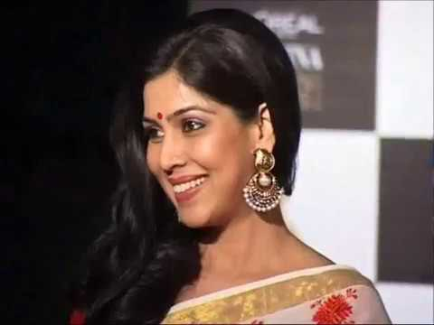 sakshi tanwar kiss - sakshi tanwar clicked at loreal femina women awards 2013. For more news and videos of bollywood log on to : Bollywood News Villa http://www.youtube.com/vcrea...