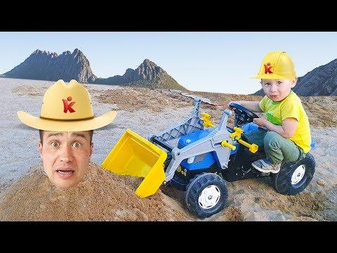 Малыш и папа сонные играют с экскаватор в песке и ищут потерянного кролика