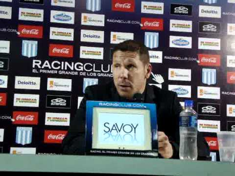 Diego Simeone en sala de conferencias de Racing Club