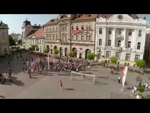 flash mob - Fudbalsko iznenađenje oduševilo Novosađane! Muzika by Mr. Balloon.