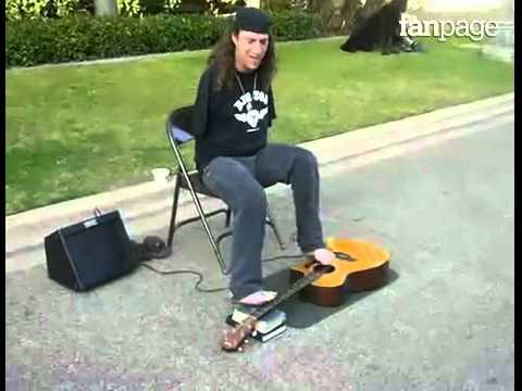 chitarrista suona con i piedi