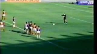 1989, Cruzeiro e Flamengo travam um grande duelo no Mineirão.