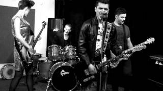 Film do artykułu: Basistka zespołu...