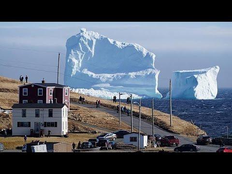 Παγόβουνο – γίγας στις ακτές του Καναδά προσελκύει και προβληματίζει