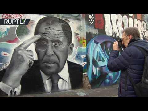العرب اليوم - صورة جدارية لوزير الخارجية الروسي في عيد ميلاده