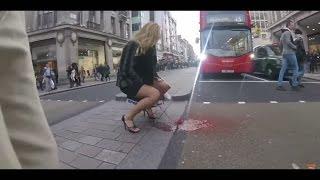 Esta extraña y curiosa escena se produjo en Londres, la mujer fue victima de una 'explosión' de su periodo en plena plaza. Primero ella pidió a todos los transeúntes si tenían un tapón o una toalla, como nadie la quiso ayudar, entonces un charco de sangre apareció desde la entrepierna.
