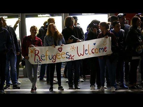 Μόναχο: Υποδοχή μεταναστών με χειροκροτήματα και ζητωκραυγές