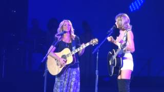 "Taylor Swift and Phoebe Buffay (Lisa Kudrow) Sing ""Smelly Cat"" Live at Staples Center 8-26-15 - YouTube"