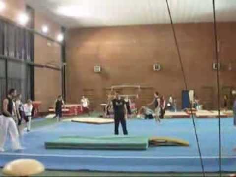 un ragazzo prova a fare un salto acrobatico quasi impossibile