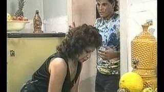 """Cenas do cap 15 da novela """"Sassaricando"""".Exibidas em 25 de novembro de 1987Guel levanta a hipótese de Ricardo ter fugido da família, o que aborrece Aldonza."""