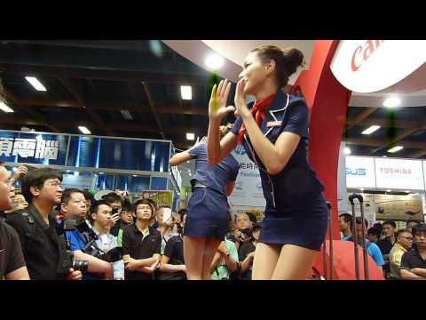 【制服诱惑五】兩位美女穿空姐制服搭配行旅箱舞蹈表演