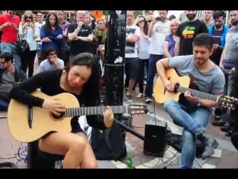 incantevole artista di strada stupisce tutti con la sua chitarra